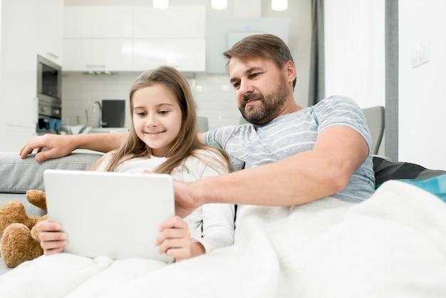 Père regarder des vidéos avec sa fille