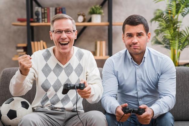 Père remportant un match devant son fils