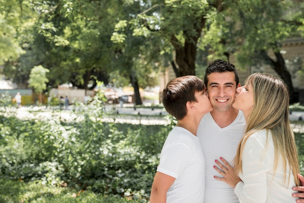 Père avec sa famille en plein air