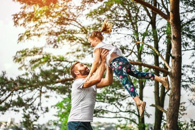 Père et sa fille s'amuser en plein air
