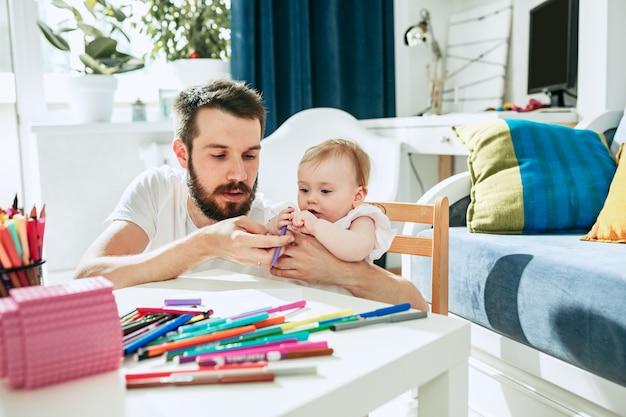 Père et sa petite fille à la maison