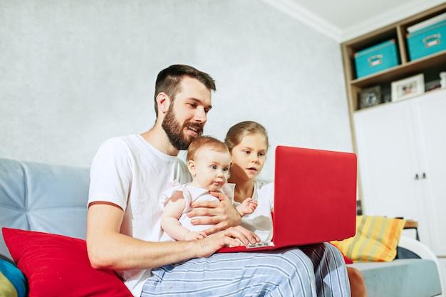 Père et ses filles à la maison