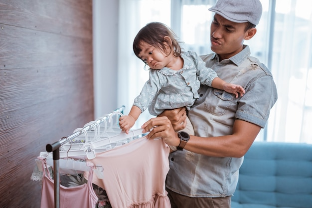 Père shopping avec sa petite fille dans une petite boutique