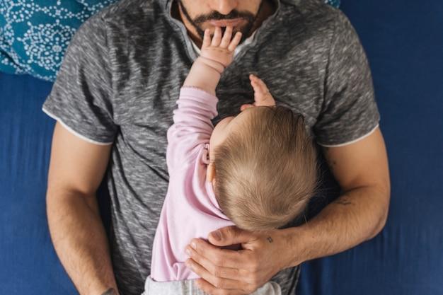 Père avec son bébé à la maison