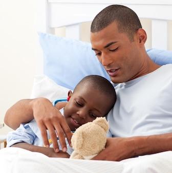 Père avec son enfant malade