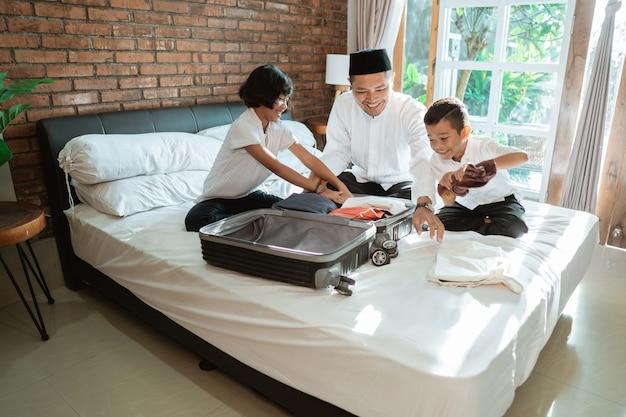 Père et son enfant préparent des vêtements