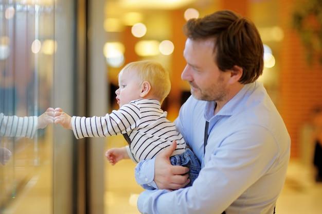 Père et son fils au centre commercial