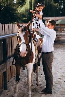 Père avec son fils au ranch