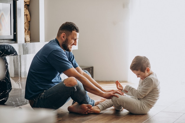 Père avec son fils à la maison ensemble