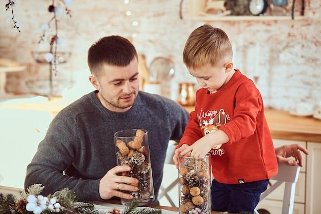 Père avec son fils passent du temps ensemble
