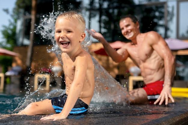 Père avec son fils à la piscine