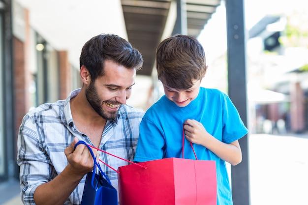 Un père et son fils regardant dans le sac