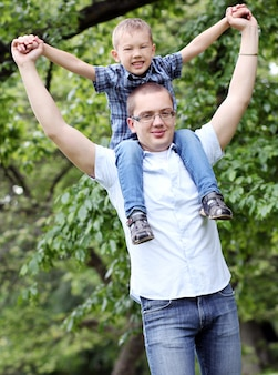 Père et son fils s'amusent dans le parc