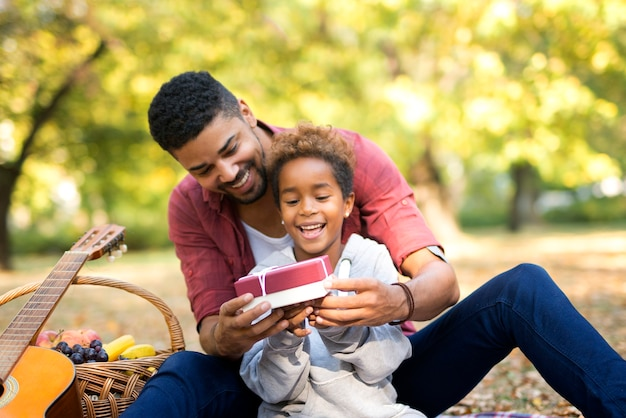 Père surprenant sa fille avec peu de cadeau