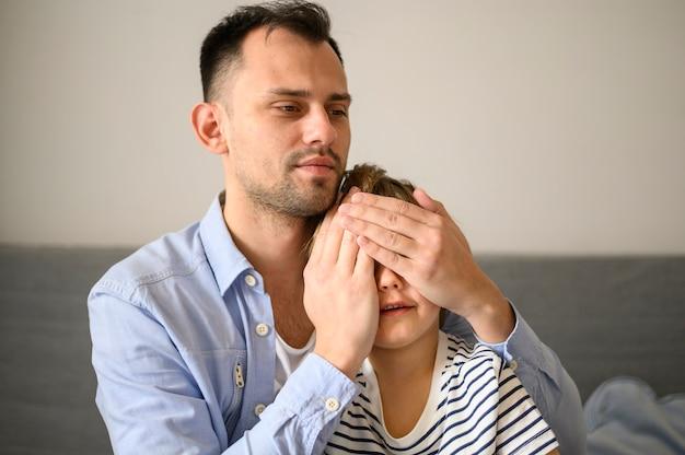 Père surprenant son enfant