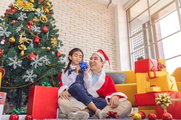 Le père surpris et a envoyé une boîte cadeau à sa fille à l'heure de noël.