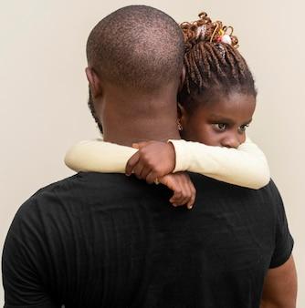 Père tenant un coup moyen d'enfant