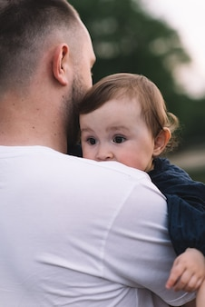 Père tenant sa petite fille