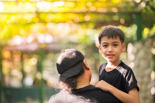 Père tenant son fils au zoo
