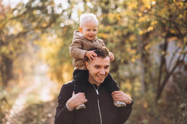 Père tenant son fils dans le parc