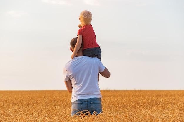 Père tenant son fils sur son épaule