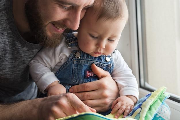 Un père tenant son fils