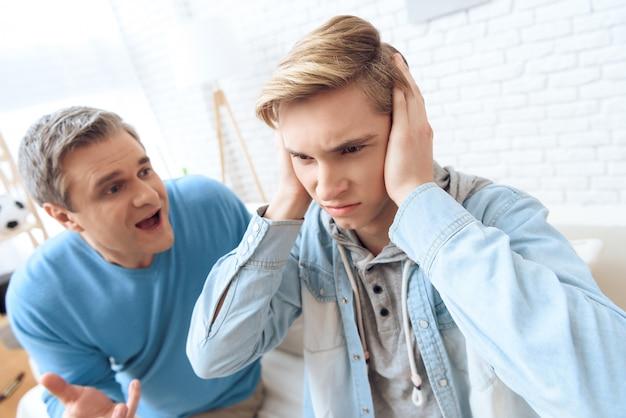 Père tente de parler mais son fils ferme les oreilles