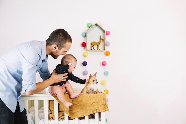 Père, tenue, bébé, petit, chien