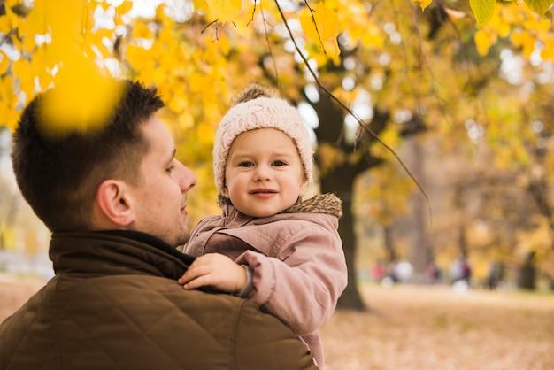 Père, tenue, fille, mains, dans, automne, parc