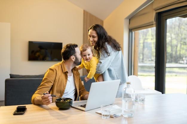 Père travaille à domicile avec sa famille