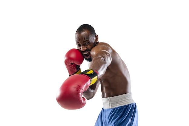 Perforation. émotions drôles et lumineuses du boxeur afro-américain professionnel isolé sur fond de studio blanc. excitation dans le jeu, émotions humaines, expression faciale et passion avec le concept sportif.