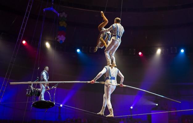 Performance des aérienistes dans l'arène du cirque.