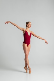 Performance de ballerine talentueuse à tir complet