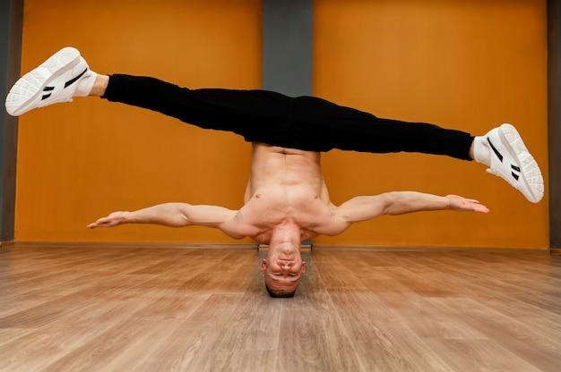 Performance masculine de breakdance