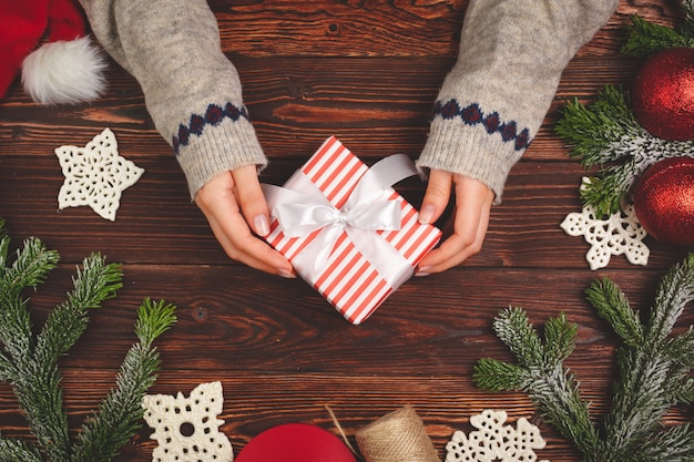 Période de noël. processus d'emballage des cadeaux pour les vacances