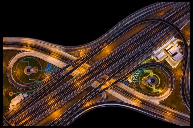 Périphérique industriel et intersection avec l'autoroute autoroute pendant la nuit