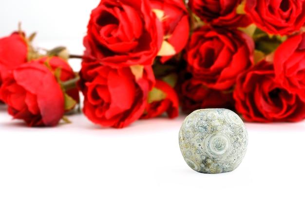 Perle de verre des états belligérants chinois antiques avec fond de roses rouges