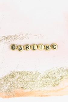 Perles d'alphabet de typographie de mot chéri