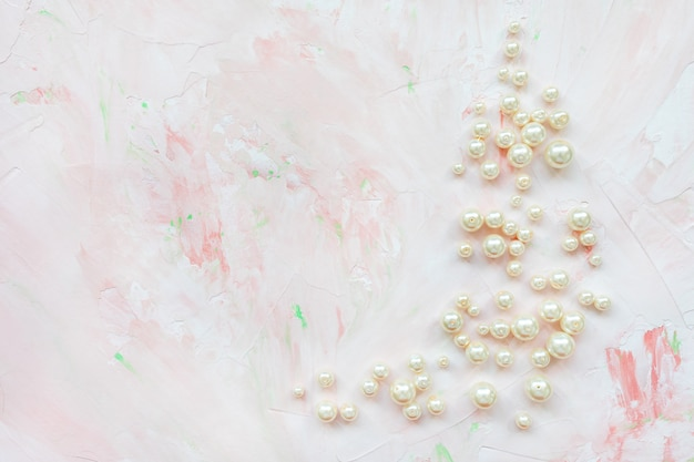Perles blanches sur marbre