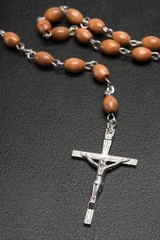 Perles de chapelet reposant sur une bible