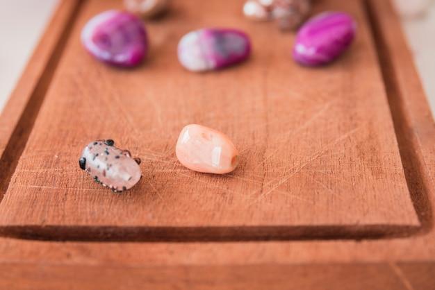 Perles colorées sur un plateau en bois