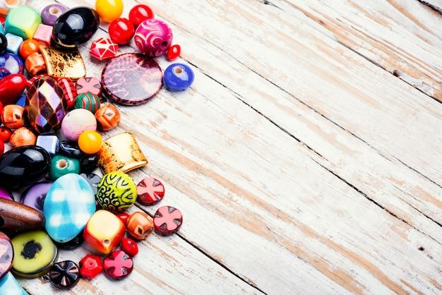 Perles colorées sur une surface en bois