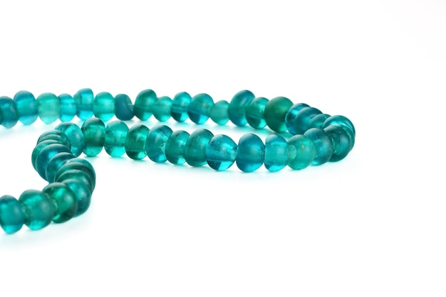 Perles de commerce de verre antique en collier sur fond blanc