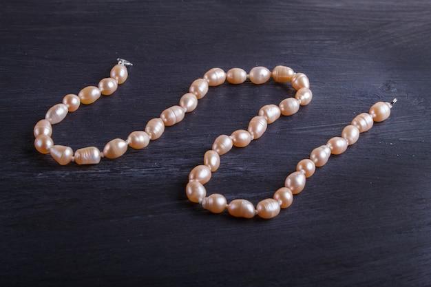 Perles de couleur caramel sur fond noir