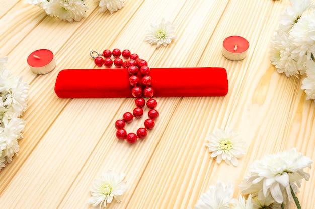 Perles, étuis, bougies et fleurs
