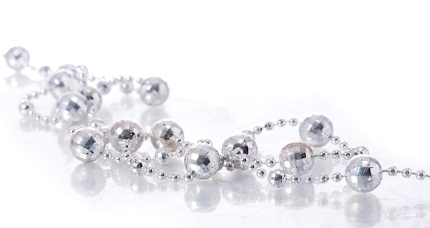 Perles sur fond blanc