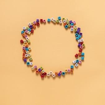 Perles en forme de lettre les loisirs de nombreuses personnes sont placés sur un fond de cercle jaune.