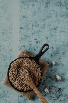 Perles de lentilles. grains de lentilles dans un bol et une cuillère.