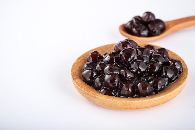 Perles noires. perles de tapioca bouillies pour bubble tea sur fond blanc. copier l'espace