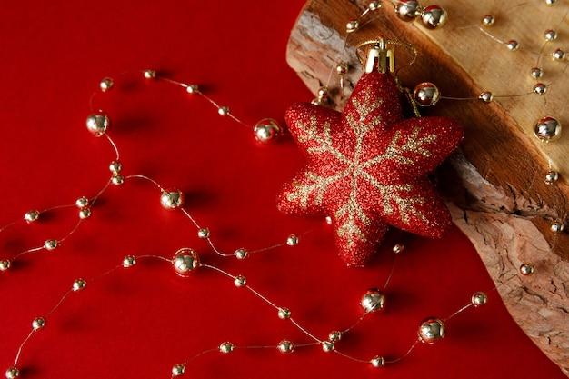 Perles d'or et jouet sur fond et planche de bois